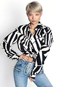 Hintergrundbilder Asiatisches Blond Mädchen Posiert Jeans Hemd Blick Weißer hintergrund Peony junge Frauen