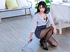 Fotos Asiaten Pistolen Brünette Sitzt Bein Rock Bluse Starren Mädchens