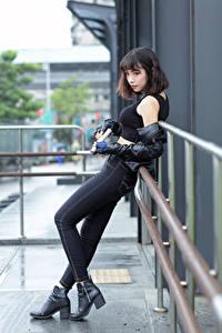 Hintergrundbilder Asiatisches Pistole Jeans Unterhemd Mädchens