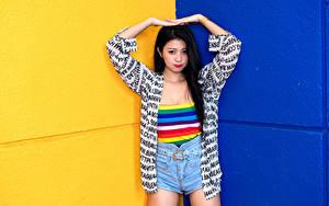 Fotos Asiaten Posiert Brünette Shorts Hand junge frau
