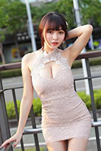 Hintergrundbilder Asiatische Pose Kleid Dekolletee Hand Starren Mädchens