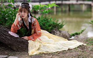 Fotos Asiatische Posiert Kleid Starren junge frau
