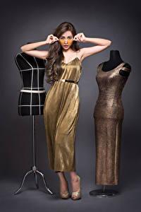Fotos Asiaten Posiert Kleid Hand Brille Braune Haare Model junge frau