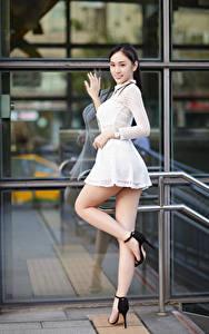 Fotos Asiatische Pose Kleid Bein Starren junge frau