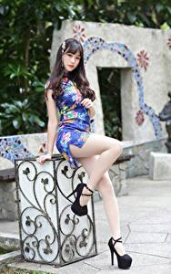 Fotos Asiatisches Pose Kleid Bein Blick Mädchens