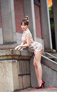 Bilder Asiatische Pose Kleid Bein High Heels Mädchens