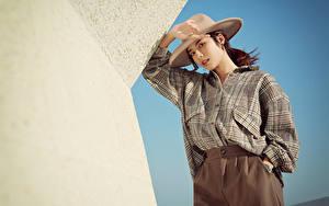 Bilder Asiaten Pose Hemd Der Hut Starren junge Frauen