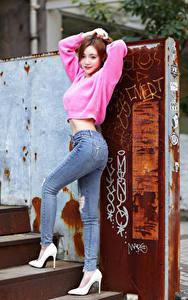 Bilder Asiaten Pose Jeans Sweatshirt Starren Stöckelschuh Mädchens