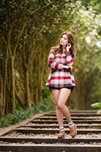 Desktop hintergrundbilder Asiatisches Pose Bein Braunhaarige Unscharfer Hintergrund junge Frauen