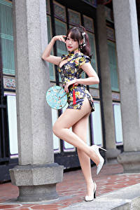Bilder Asiatische Pose Bein Kleid Fächer Starren Mädchens
