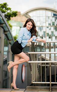 Fotos Asiatische Pose Bein Rock Bluse Lächeln Blick Bokeh junge Frauen