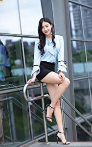 Bilder Asiatisches Pose Bein Rock Bluse Lächeln Blick Brünette junge Frauen