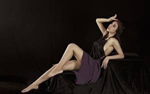 Fotos Asiaten Pose Bein Rock Hand Schwarzer Hintergrund junge Frauen