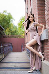 Hintergrundbilder Asiaten Pose Bein Stöckelschuh Kleid Blick junge frau