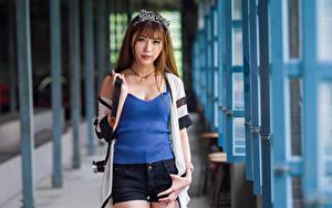 Desktop hintergrundbilder Asiaten Pose Shorts Unterhemd Starren Unscharfer Hintergrund Mädchens