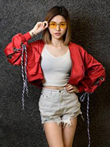 Hintergrundbilder Asiaten Posiert Shorts Unterhemd Jacke Brille Braune Haare Starren junge frau