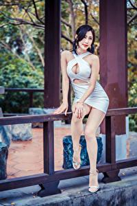 Hintergrundbilder Asiatische Posiert Sitzt Kleid Dekolleté Bein Mädchens