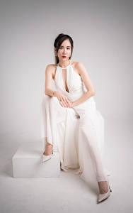 Bilder Asiatische Pose Sitzen Starren junge frau