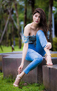 Bilder Asiatische Posiert Sitzend Jeans Blick Mädchens