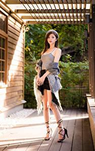 Fotos Asiatisches Pose Rock Bein Unterhemd Barett Blick junge frau