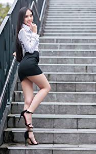 Sfondi desktop Asiatici In posa Scala Le gambe Gonna Blusa Sorriso Colpo d'occhio giovani donne