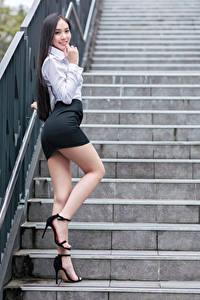 Bilder Asiatisches Posiert Stiege Bein Rock Bluse Lächeln Starren Mädchens