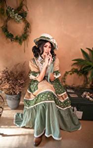 Bilder Asiatische Antik Sitzt Der Hut Kleid junge Frauen