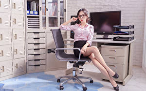 Fotos Asiaten Sekretärinen Büro Sessel Sitzend Bein Rock Bluse Brille Starren junge frau