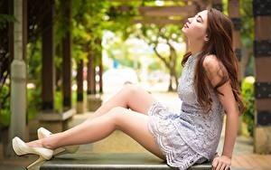 Hintergrundbilder Asiatisches Seitlich Braune Haare Unscharfer Hintergrund Kleid Sitzt Bein High Heels Mädchens