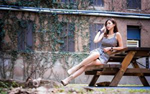 Hintergrundbilder Asiatische Sitzen Bank (Möbel) Bein Kleid Tisch junge Frauen