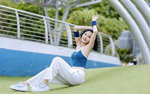 Hintergrundbilder Asiatische Sitzend Brünette Lächeln Hand Bein