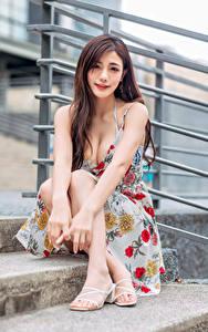 Hintergrundbilder Asiatisches Sitzt Kleid Dekolletee Blick junge Frauen