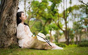 Hintergrundbilder Asiaten Sitzt Kleid Der Hut Unscharfer Hintergrund junge frau