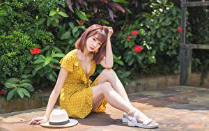 Tapety na pulpit Azjaci Siedzi Sukienka Kapelusz Nogi Spojrzenie dziewczyna