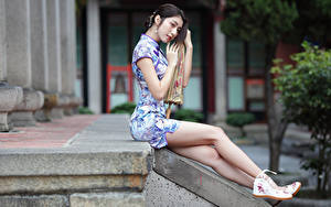 Hintergrundbilder Asiatische Sitzend Kleid Bein Mädchens