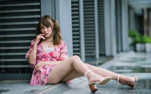 Fotos Asiatisches Sitzen Kleid Bein Blick Braunhaarige junge frau