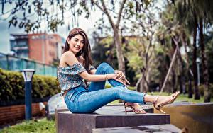 Bilder Asiaten Sitzt Jeans Bluse Starren junge frau