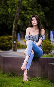 Hintergrundbilder Asiatisches Sitzen Jeans Bluse Starren junge frau