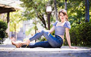 Fotos Asiatische Sitzt Jeans Bluse Blick Mädchens