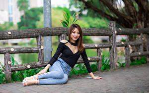 Hintergrundbilder Asiaten Sitzen Jeans Bluse Lächeln Starren Mädchens