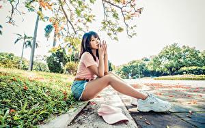 Bilder Asiaten Sitzend Bein Turnschuh Hand Blick junge Frauen