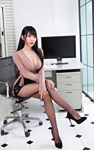 Bilder Asiatische Sitzt Bein Bluse Dekolletee Starren Mädchens
