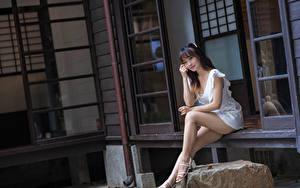 Hintergrundbilder Asiatisches Sitzend Bein Kleid Blick Mädchens