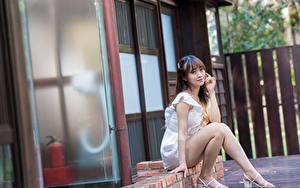 Fotos Asiatisches Sitzend Bein Kleid Starren junge frau