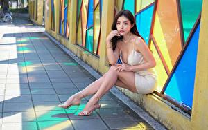 Bilder Asiatisches Sitzt Bein Kleid Blick Mädchens