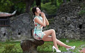 Fotos Asiatisches Sitzend Bein Kleid High Heels Brünette junge frau