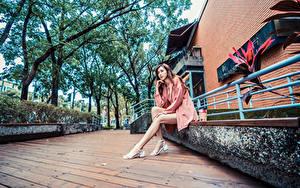 Fotos Asiaten Sitzend Bein Starren junge frau
