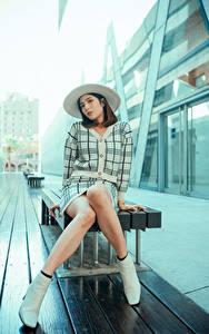 Hintergrundbilder Asiaten Sitzt Bein Der Hut Blick Mädchens