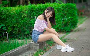 Bilder Asiatische Sitzt Bein Shorts Bluse Sportschuhe Blick Mädchens