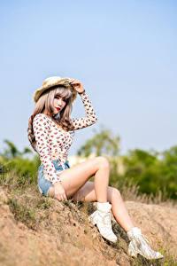 Fotos Asiatische Sitzend Bein Shorts Der Hut Bluse Mädchens